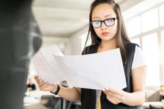Desenhador de moda asiático Working na oficina da oficina imagem de stock