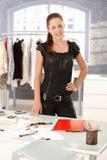 Desenhador de moda atrativo que está pela mesa imagens de stock royalty free