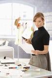 Desenhador de moda atrativo que trabalha na mesa imagem de stock
