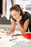 Desenhador de moda atrativo que trabalha no escritório fotografia de stock