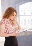 Desenhador de moda bonito no trabalho usando o telefone móvel fotografia de stock royalty free