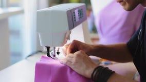 Desenhador de moda com funcionamento da máquina de costura video estoque
