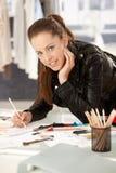 Desenhador de moda consideravelmente novo que trabalha no estúdio Foto de Stock