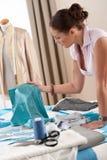 Desenhador de moda fêmea que trabalha no estúdio Imagem de Stock