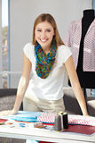 Desenhador de moda feliz nela Imagens de Stock