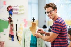 Desenhador de moda masculino no estúdio Imagem de Stock