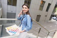Desenhador de moda moderno que trabalha fora fotos de stock