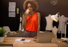 Desenhador de moda no escritório foto de stock royalty free