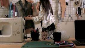 Desenhador de moda no estúdio com manequim filme