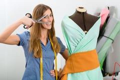 Desenhador de moda ou alfaiate que trabalham no estúdio Imagem de Stock Royalty Free