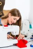 Desenhador de moda ou alfaiate que trabalham no estúdio Imagem de Stock
