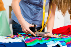 Desenhador de moda ou alfaiate que trabalham no estúdio Imagens de Stock Royalty Free