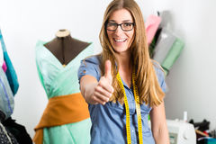 Desenhador de moda ou alfaiate que trabalham no estúdio Fotografia de Stock Royalty Free