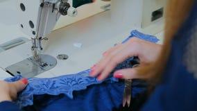 Desenhador de moda profissional que trabalha no estúdio da costura filme