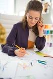 Desenhador de moda que faz esboços no escritório Imagens de Stock Royalty Free