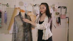 Desenhador de moda que fixa a roupa no manequim filme
