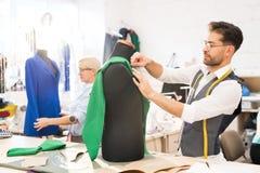 Desenhador de moda que trabalha na oficina foto de stock