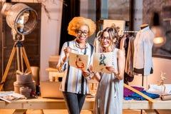 Desenhador de moda que trabalha no escritório Foto de Stock Royalty Free