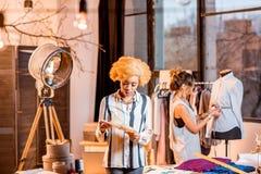 Desenhador de moda que trabalha no escritório Fotos de Stock Royalty Free
