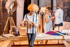 Desenhador de moda que trabalha no escritório Fotografia de Stock