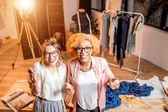 Desenhador de moda que trabalha no escritório Imagem de Stock
