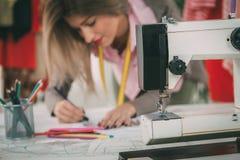 Desenhador de moda With Sewing Pattern fotos de stock