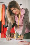 Desenhador de moda With Sewing Pattern imagens de stock royalty free