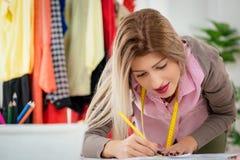 Desenhador de moda With Sewing Pattern imagens de stock