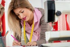 Desenhador de moda With Sewing Pattern fotografia de stock royalty free