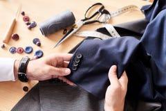 Desenhador de moda Wrapped acima no trabalho foto de stock