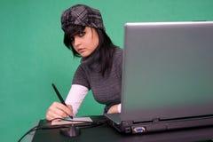 Desenhador gráfico que trabalha com pena da tabuleta. Fotografia de Stock