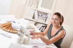 Desenhador interior fêmea com swatch da cor Fotografia de Stock