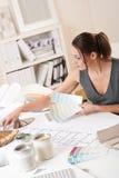 Desenhador interior fêmea que trabalha com swatch da cor Fotos de Stock