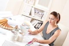 Desenhador interior fêmea que trabalha com swatch da cor foto de stock royalty free