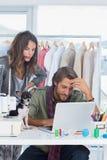 Desenhadores de moda e cão pequeno Fotos de Stock