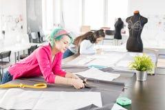 Desenhadores de moda modernos que costuram a roupa fotografia de stock
