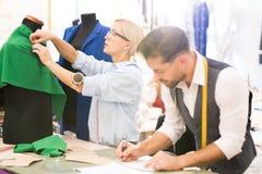 Desenhadores de moda na oficina tradicional fotografia de stock royalty free