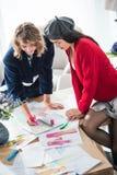 Desenhadores de moda novos com esboços foto de stock royalty free