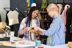 Desenhadores de moda que costuram sacos imagens de stock royalty free