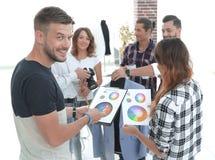 Desenhadores de moda que discutem a paleta de cores imagens de stock royalty free