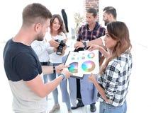 Desenhadores de moda que discutem a paleta de cores fotos de stock