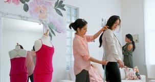 Desenhadores de moda que medem o o tamanho do cliente 4k filme
