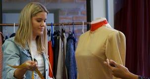 Desenhadores de moda que medem o vestido nas costureiras 4k modelo video estoque