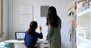 Desenhadores de moda que trabalham junto em uma tela 4k vídeos de arquivo