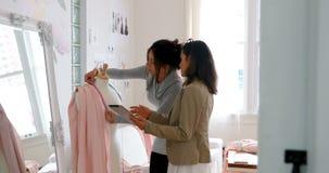 Desenhadores de moda que trabalham junto no modelo de costureiras 4k vídeos de arquivo