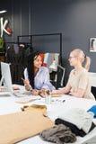 Desenhadores de moda que trabalham na equipe fotografia de stock royalty free