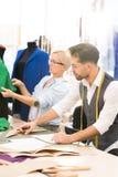 Desenhadores de moda que trabalham na oficina imagem de stock royalty free