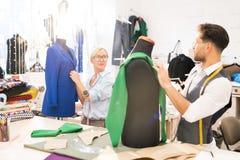 Desenhadores de moda que trabalham na roupa imagens de stock