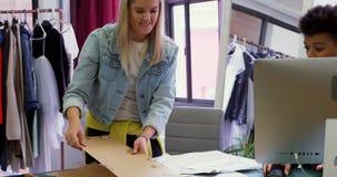Desenhadores de moda que trabalham no estúdio 4k da forma video estoque