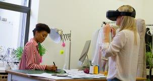 Desenhadores de moda que usam os auriculares da realidade virtual e a tabuleta gráfica 4k filme